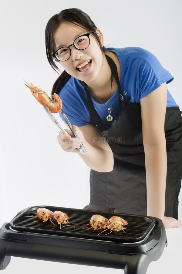 Camarão grelhado da menina exibição bonito imagem de stock