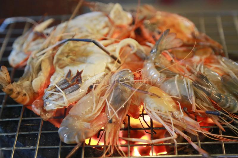 camarão grelhado na grade fotos de stock