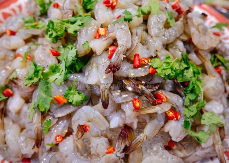 Camarão picante e ácido cru para a venda em um mercado de produto fresco local em Tailândia imagens de stock