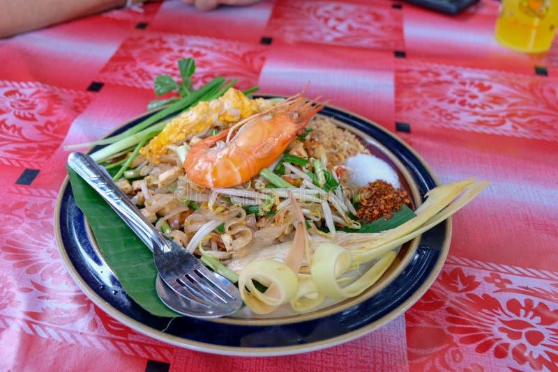 Camarão tailandês original e tradicional do macarronete ou para acolchoar tailandês imagens de stock royalty free