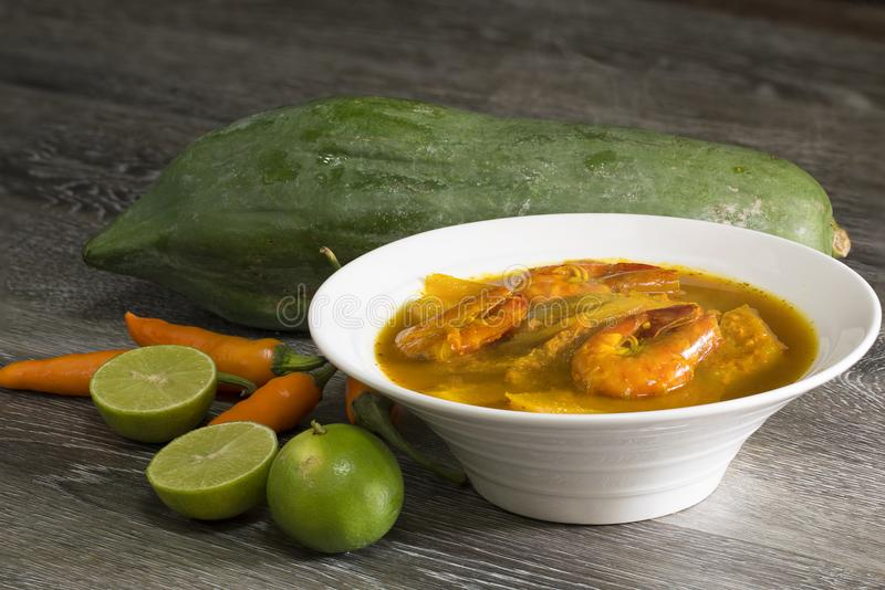 Camarón amargo del curry y papaya verde en la madera Comida y tradicional tailandeses fotos de archivo