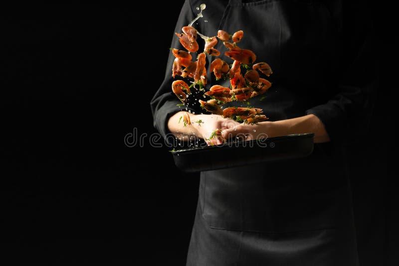 Camarón cocinado cocinero profesional Mariscos y comida culinarios en un fondo oscuro Foto del hotel Visión horizontal foto de archivo libre de regalías