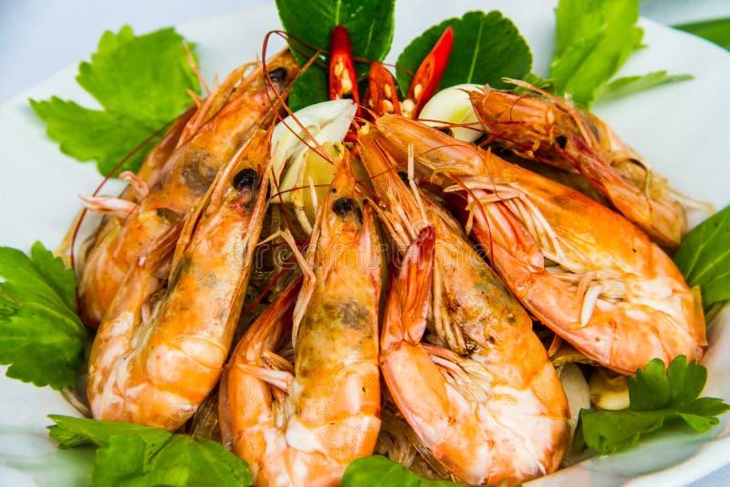 Camarón con los tallarines de la haba en plato tailandés foto de archivo