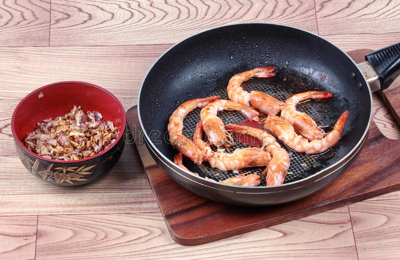 Camarón frito con ajo en cacerola antes de servido foto de archivo libre de regalías