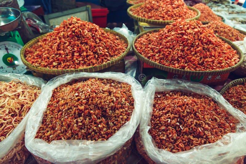 Camarón secado en el mercado de pescados fotos de archivo