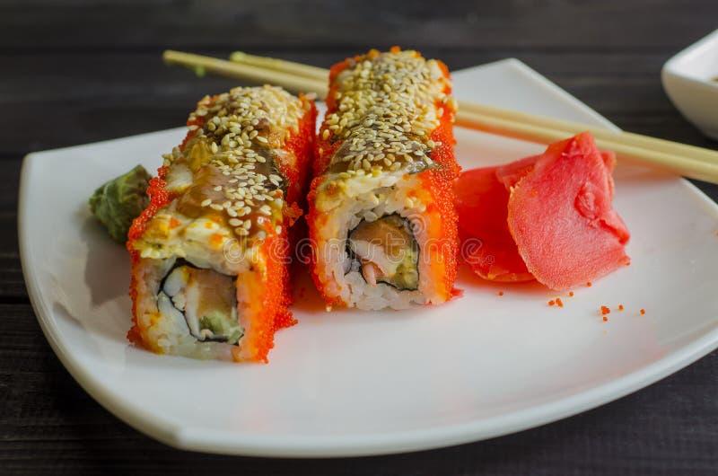 Camarón y salmones de California del sushi fotos de archivo