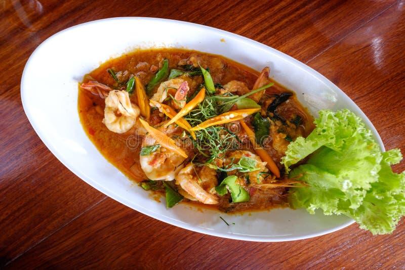 camarões Caril-fritados no leite e nos pimentões de coco pelo estilo tailandês foto de stock