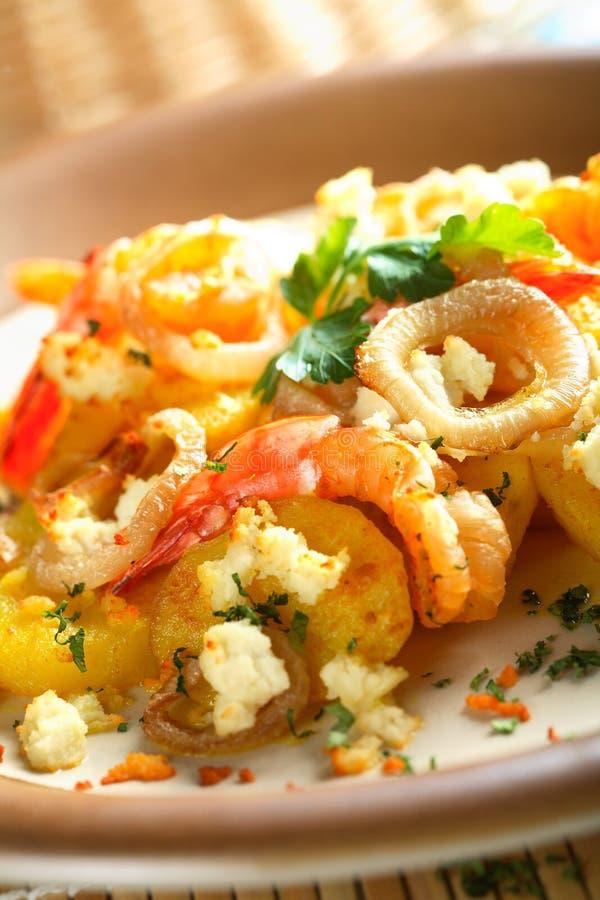 Camarões com batatas do forno fotografia de stock royalty free