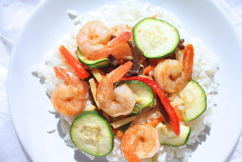Camarões com vegetais e arroz imagens de stock royalty free