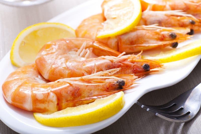 Download Camarões cozinhados foto de stock. Imagem de placa, limão - 26512526