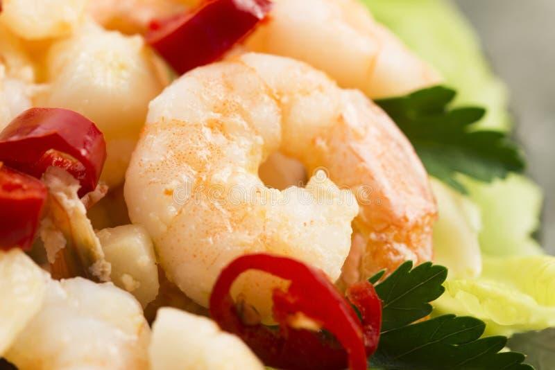 Camarões cozinhados com alho e pimentões foto de stock royalty free