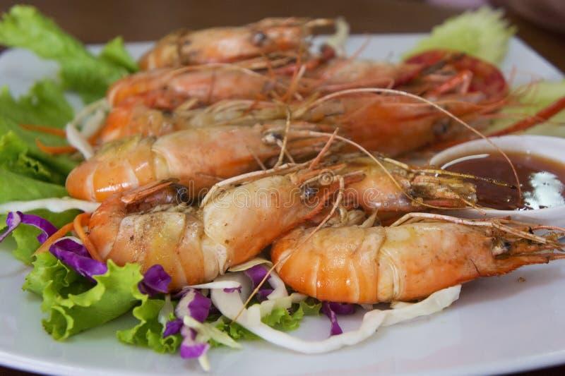 Camarões do camarão do tigre com alface fresca na placa foto de stock royalty free