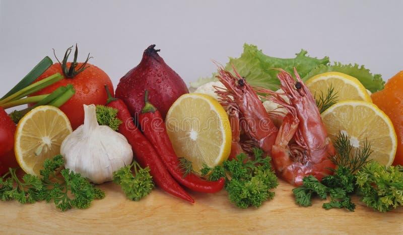 Camarões do rei, vegetais foto de stock royalty free