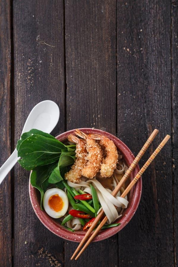 Camarões do Tempura com sopa de macarronete asiática em uma bacia foto de stock