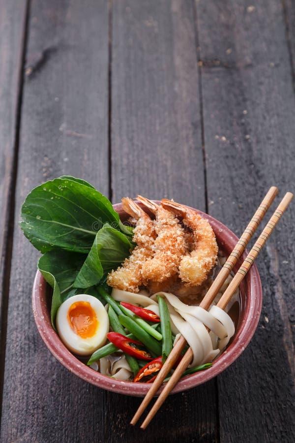 Camarões do Tempura com sopa de macarronete asiática em uma bacia fotos de stock royalty free