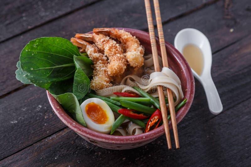 Camarões do Tempura com sopa de macarronete asiática em uma bacia imagem de stock royalty free