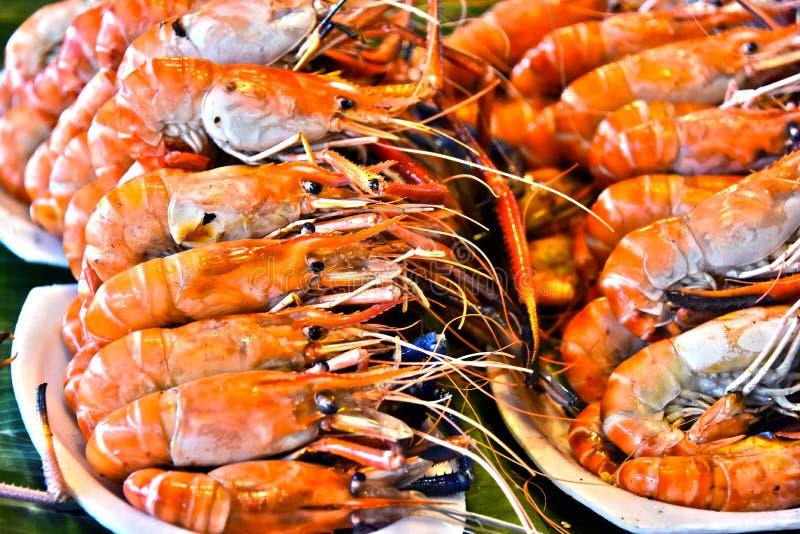 Camarões e caranguejos grelhados no restaurante da rua em Tailândia foto de stock