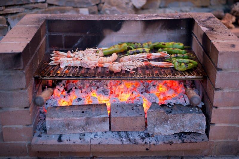 Camarões e pimentas grelhados na grade fotografia de stock royalty free