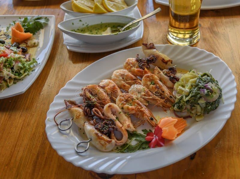 Camarões em espetos Alimento de mar balcãs Close up do aperitivo do marisco e de vegetais diferentes imagens de stock royalty free