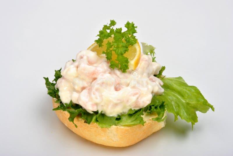 camarões frescos do rei e salada orgânica imagem de stock royalty free