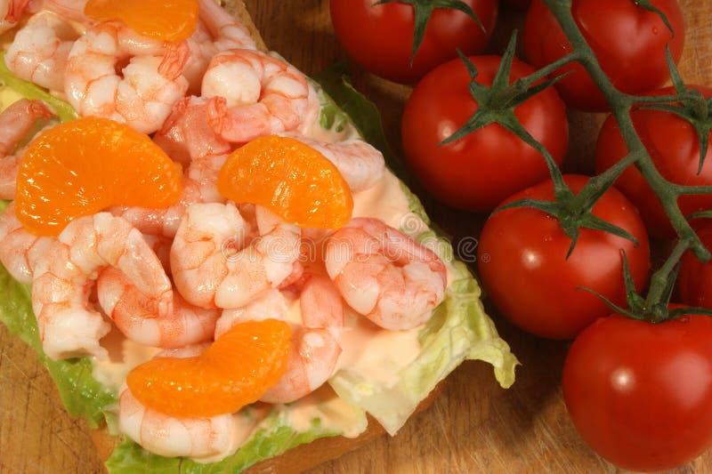 camarões frescos do rei na salada orgânica foto de stock