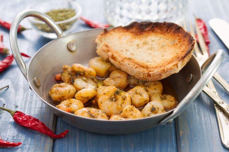 Camarões fritados com pão no prato fotos de stock royalty free