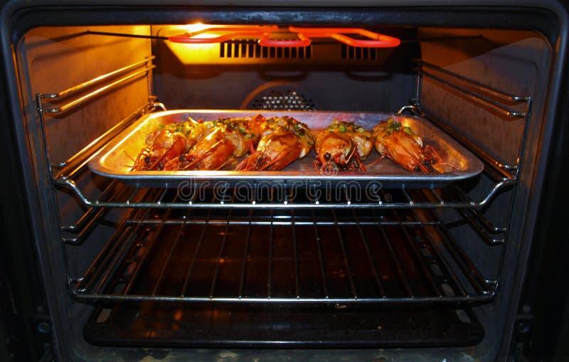 Camarões grandes que cozem o forno fotos de stock