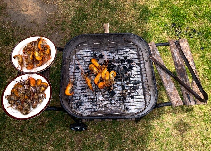 Camarões grelhados e babylon manchado na grade flamejante fotografia de stock