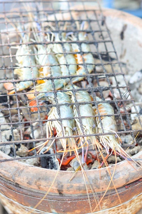 Camarões grelhados no fogão foto de stock royalty free
