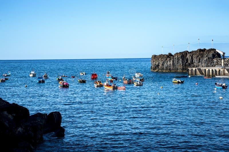 Camara de Lobos рыбацкий поселок около города Фуншала и имеет некоторые из самых высоких скал в мире стоковое изображение rf