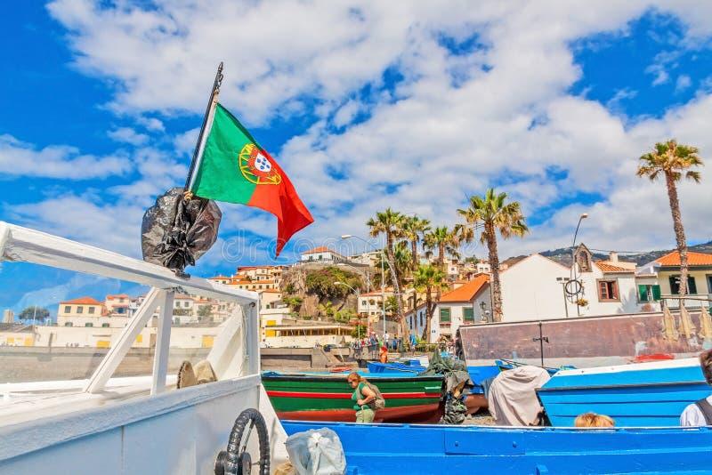 Camara de Lobos - barco a motor com a bandeira portuguesa no porto fotos de stock