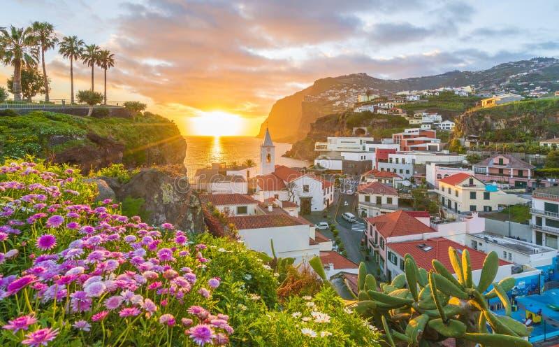 Camara de Lobos-Dorf bei Sonnenuntergang, Cabo Girao im Hintergrund, Madeira-Insel, Portugal lizenzfreie stockfotos