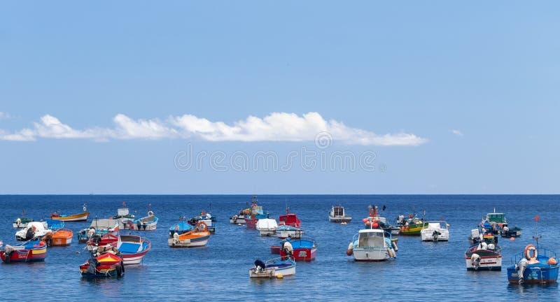 Camara de Lobos, Madeira, Portugal - 26 de julho de 2018: Barcos brilhantes dos pescadores na ba?a da vila foto de stock royalty free