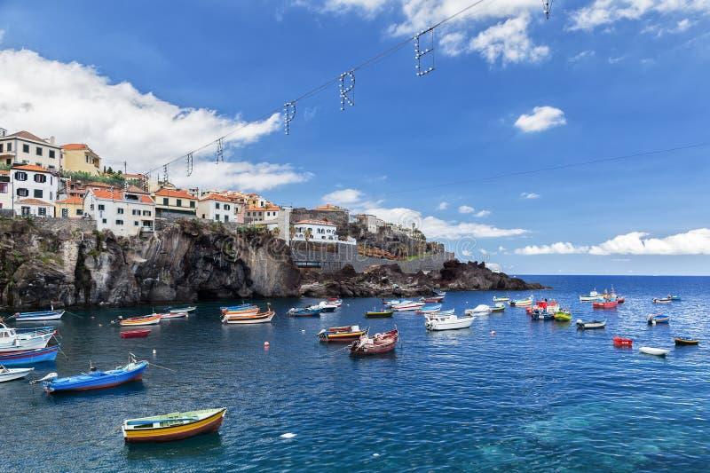 Camara de Lobos, Madera, Portugal - Juli 26, 2018: Heldere boten van vissers in de baai van het dorp stock fotografie