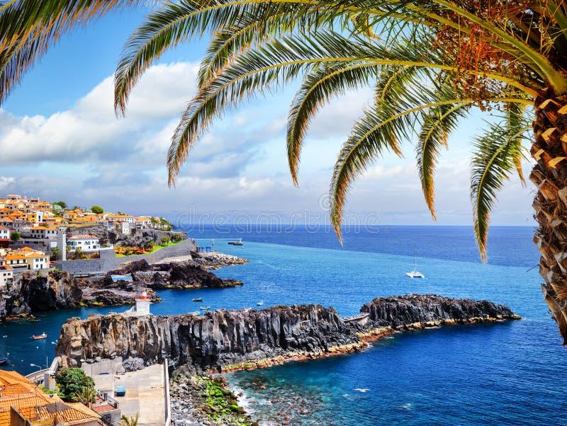 Camara de Lobos, petit village de pêcheur sur l'île de la Madère images libres de droits