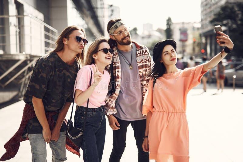 Camaradas contentes que fazem a foto com móbil imagem de stock royalty free