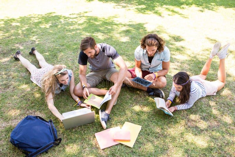 Camarades de classe mettant à jour ensemble sur le campus photos stock