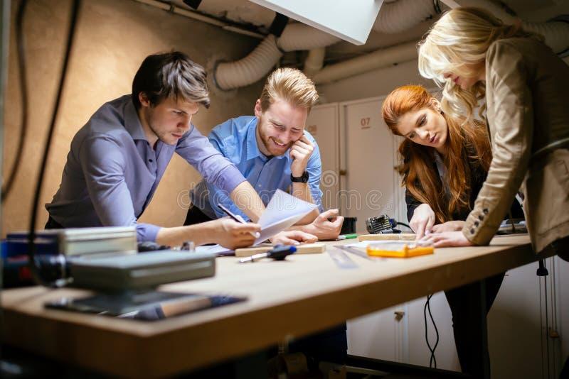 Camarades de classe travaillant sur un projet ensemble images stock