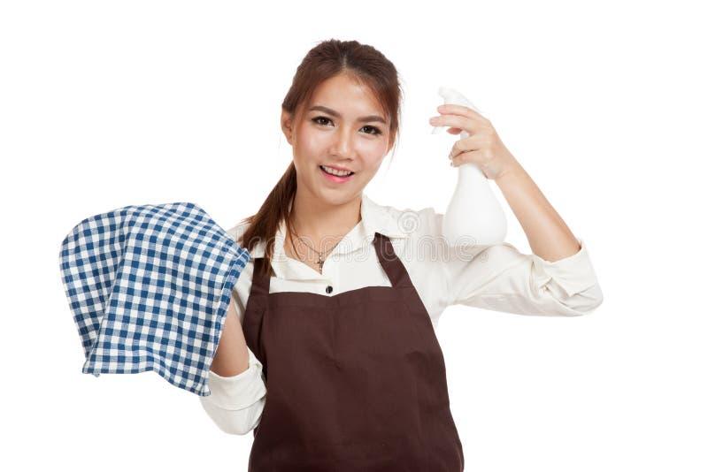 Camarera asiática en delantal con las herramientas de la limpieza imagenes de archivo