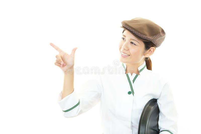 Camarera asiática sonriente imagenes de archivo