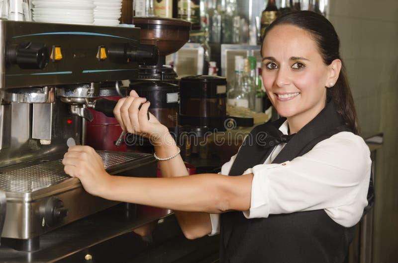 Camarera bonita que prepara un café fotografía de archivo