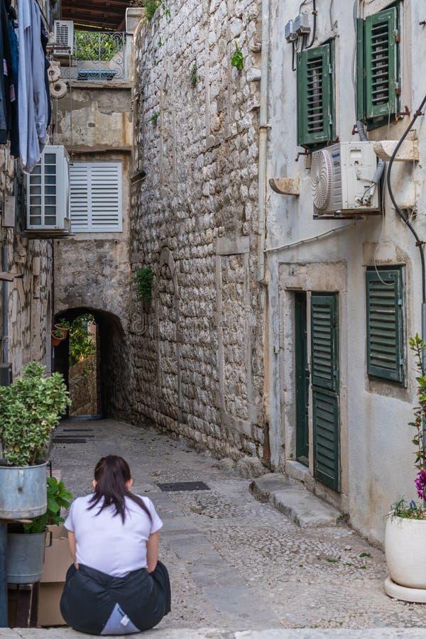 Camarera cansada que descansa en Dubrovnik fotos de archivo libres de regalías