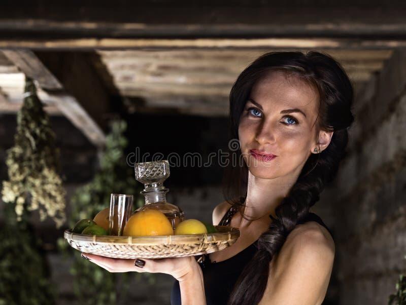 Camarera con tequila foto de archivo libre de regalías