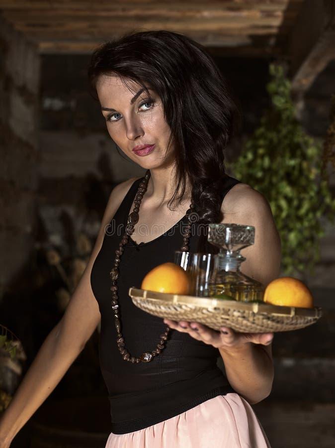 Camarera con tequila fotos de archivo