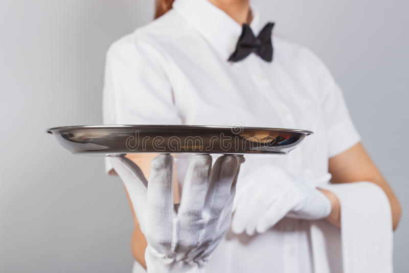 Camarera de la mujer con una bandeja en la mano fotos de archivo libres de regalías
