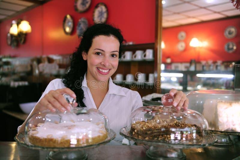 Camarera de un café del almacén de los pasteles fotos de archivo libres de regalías