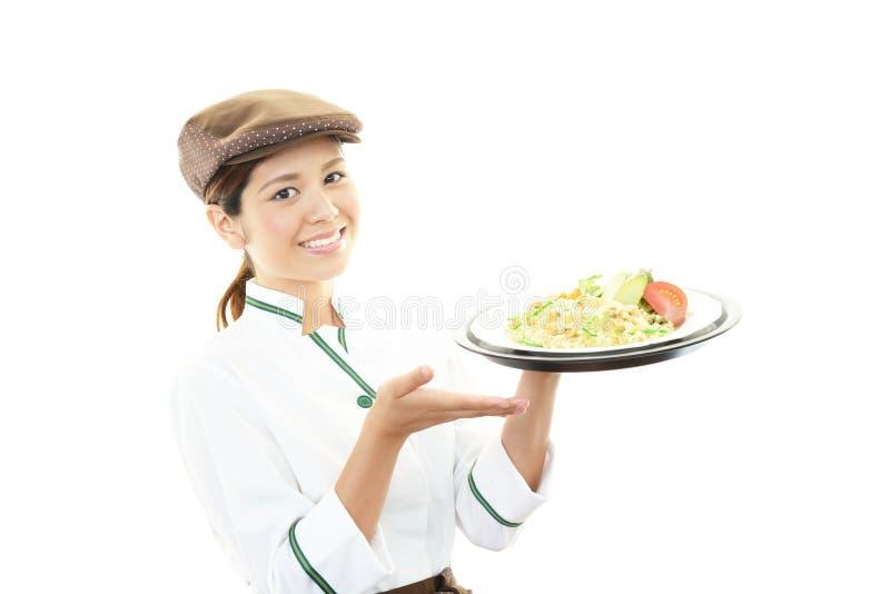 Camarera que entrega comidas a la tabla fotos de archivo libres de regalías