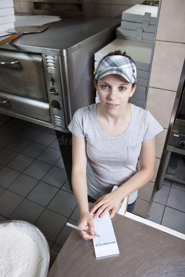 Camarera que toma orden en un restaurante de los alimentos de preparación rápida imágenes de archivo libres de regalías
