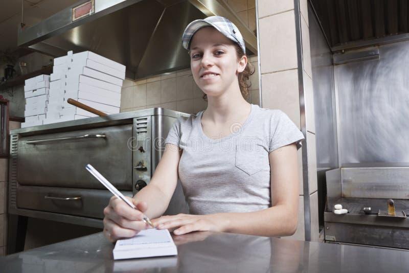 Camarera que toma orden en un restaurante de los alimentos de preparación rápida imagen de archivo
