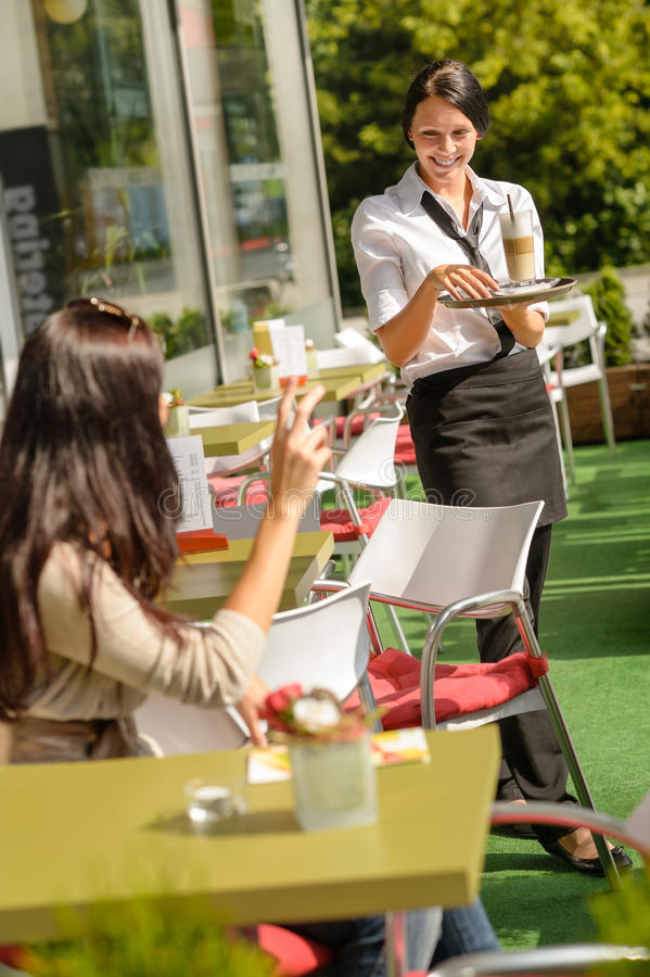 Camarera que trae el restaurante de la orden del café de la mujer imagen de archivo libre de regalías
